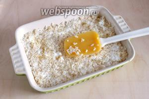 На дно, смазанной маслом и посыпанной сухарями формы, выложите слой рисовой основы. Разровняйте и хорошо примните.