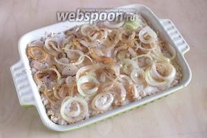 Выложите на рис начинку из рыбы и тонкие колечки лука. Лук можно немного обжарить, а можно добавить сырым, только порежьте его потоньше.