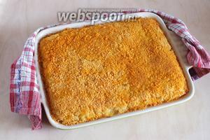 Запекайте пирог в разогретой духовке при 190°С, примерно 40 минут. Подавайте тёплым с любимым соусом или просто со сметаной и зеленью. Приятного аппетита!