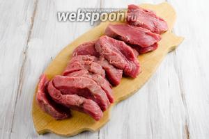 Мясо вымыть, обсушить обязательно! салфеткой, нарезать крупными кусками.