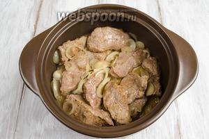 Выложить мясо, с выделившимся соком, в керамическую кастрюлю. Тушить в течение 20 минут на очень тихом огне под крышкой.
