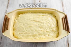 Форму смазать маслом. В подготовленную форму выложить тесто. Поставить в горячую духовку. Выпекать кекс в течение часа при температуре 180 °C до сухой лучины.