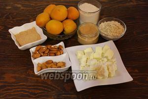Надо: абрикосы, сахар, мука, пряности, овсянка, масло, творог, миндаль, абрикосовые косточки, амаретто.