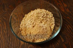 Пересыпать крошку в миску, добавить молотые орехи и косточки, овсянку.