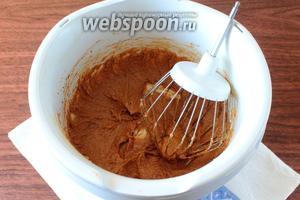 Кофе растворите в кипятке и добавьте, перемешивая, в масляную смесь.