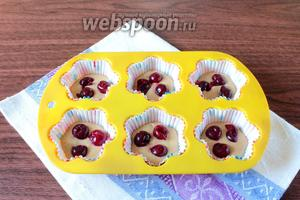 Удалите из ягод косточки и добавьте по 3 вишни в каждую розетку.