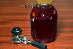 Заливаем полученным сиропом ягоды, с помощью закаточной машинки герметично укупориваем банку.