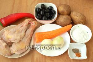 Основные продукты, которые понадобятся нам для супа, это картофель, части курицы, сладкий перец, морковь, лук репчатый, маслины без косточек, соль и перец.