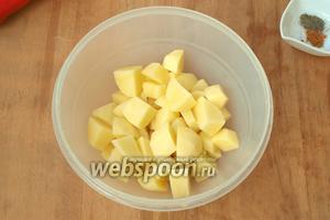 Картофель помыть и нарезать небольшими кубиками.