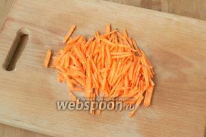Морковь нарезать соломкой.