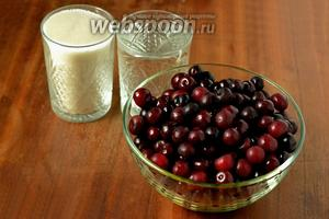 Для приготовления компота нам нужны вишни, сахар и вода. Водопроводную воду лучше не использовать, так как при повторном кипячении в ней образуются вредные вещества. Предпочтительнее родниковая, бутилированная или фильтрованная.