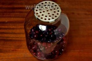 Используя крышку-сито, сливаем настоявшуюся воду в кастрюлю, ягоды оставляем в банке.