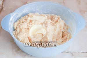 Замешиваем тесто. Когда мука полностью увлажняется жидкими компонентами, вмешиваем мягкое масло.
