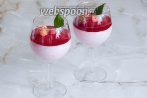 Остаётся украсить десерт ягодами свежей малины и можно подавать! Приятного аппетита!