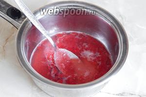 Берём от общей малиновой массы 4 столовые ложки, кладём их в кастрюльку. Туда же добавляем 70 мл воды и 4 столовые ложки сахара.
