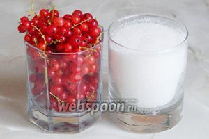 Для приготовления сиропа-желе из красной смородины без варки нам понадобится 2 продукта: свежая красная смородина и сахарный песок.