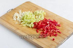 Перец сладкий и полугорький нарезать мелкими кубиками, чеснок измельчить.