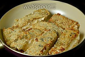 Сразу же выкладываем рыбу на сковороду с разогретым маслом (смесь подсолнечного и сливочного) и поджариваем с двух сторон до румяной корочки. Пока корочка не зарумянится, кусочки рыбы лучше не передвигать по сковороде.