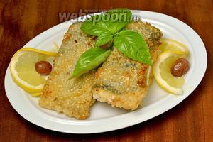Для сервировки хорошо подходит лимончик, овощи и зелень, при желании можно приготовить любимый гарнир.