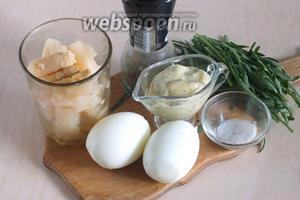 Подготовьте необходимые ингредиенты: консервированную спаржу, варёные яйца, майонез с петрушкой и горчицей, соль, перец и рукколу.