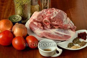 Для приготовления нам понадобится: баранина с косточками, маш, помидоры, лук, томатная паста, соль, сахар, перец, сушёный чеснок, кориандр, зира, барбарис, базилик, имбирь, подсолнечное масло.