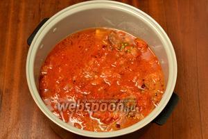 Заливаем томатной заливкой, добавив ещё 350 мл воды. Включаем режим «Тушение» на 2 часа.