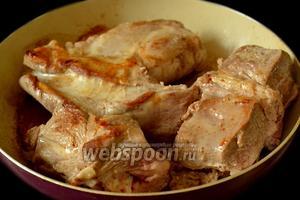 Обжариваем мясо до румяной корочки. Я это делала на сковороде, так как у неё площадь дна шире, чем у мультиварки, а кусочки у меня были не маленькие.