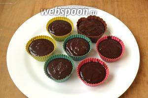 Формочки для кексов наполнить тестом немного не доходя до верха. Рекомендую использовать только силиконовые формочки и чтобы они были самостоятельными, тогда при переворачивании каждое пирожное можно будет сразу поместить на нужную тарелку.