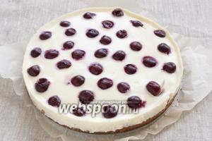 Вынуть готовый пирог из духовки. Дать остыть немного, тонким ножом пройтись по краю формы. Вынуть пирог из формы, остудить и поставить в холодильник на 2-3 часа.
