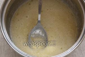 Пока выпекается тесто приготовить крем: перемешать яйца с сахаром.