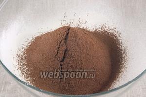 В миску просеять муку и какао, добавить щепотку соли.