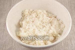 Для начинки соединить кокосовую стружку, сахарную пудру, яичный белок. Перемешать.