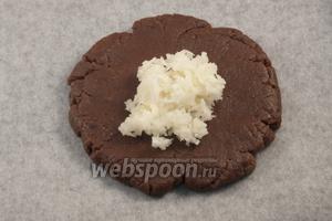 Из теста сформировать шарики размером с небольшой мандарин, расплющить и в центр положить 1-1,5 ч. л. кокосовой начинки. Соединить края, чтобы получилась «шайбочка».
