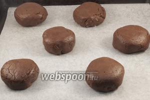Подготовленные печенья выложить на противень, застеленный пергаментной бумагой. Выпекать 15-20 минут при 180°С.