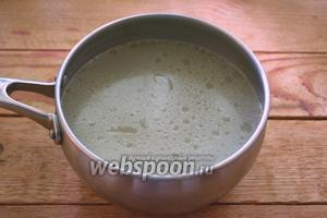 Куриное мясо вынуть из бульона. Остудить. Бульон процедить. Поставьте бульон на огонь и вскипятите. В нём мы будем варить галушки. Если бульон не слишком солёный, посолите его чуть больше, чем вы обычно солите суп. Дайте закипеть.