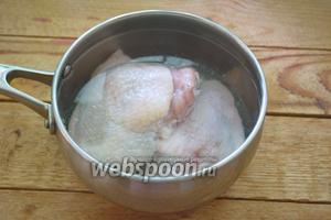 Куриное мясо вымыть. Залить холодной водой. Варить до готовности без соли. В конце варки, уже перед окончанием, посолить и варить ещё 5 минут. Время варки до 30 минут.