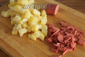 Картошку и колбасу нарежем на кубики.