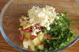 Отправим эти ингредиенты в миску, покрошим сыр и добавим нашинкованную петрушку.