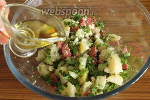 Аккуратно, чтобы не превратить всё в пюре, перемешаем и добавим оливковое масло.