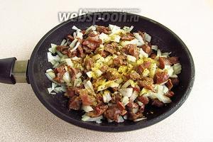 Выложить к желудочкам лук и посыпать овощной приправой.