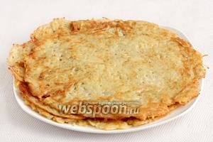 Выкладывать лепёшки на тарелку. Из указанного количества получается три лепёшки среднего размера.