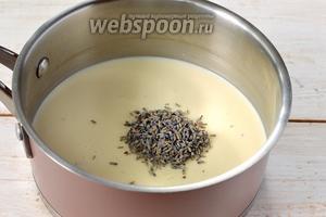 Соединить молоко и сливки. Довести до кипения и всыпать сухие цветы лаванды.