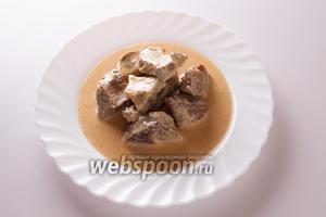 Извлекаем мясо из духовки и сервируем на предварительно подогретой тарелке, полив соусом. Приятного аппетита!