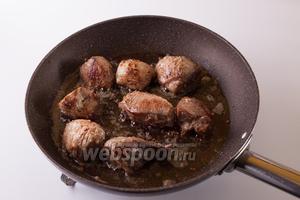 Обжариваем в нём мясо так, чтобы поверхность однозначно приобрела жареный вид (5-10 минут).
