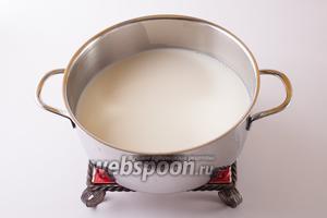 Тем временем, доводим в другой кастрюле до кипения литр молока...