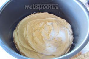 Дно чаши мультиварки смазать сливочным маслом и вылить тесто, разровнять. На этот раз я использовала мультиварку Редмонд М60.