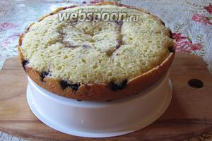 После сигнала мультиварки оставить пирог на 10 минут в чаше, затем вынуть с помощью чаши пароварки. Оформить советую взбитой сметаной 25%(250 г) с сахаром по вкусу, посыпать рубленными грецкими орехами и украсить вишней. Вишнёвый пирог в мультиварке готов! Подавать к чаю. Приятного аппетита!