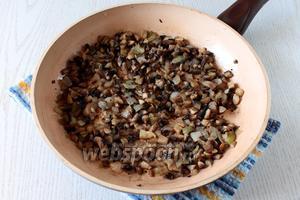 Обжарьте на масле, на небольшом огне до выпаривания жидкости. Посолите и поперчите по вкусу, вмешайте, также, когда остынет желатин (1 ч. л.).
