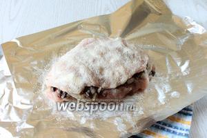 Далее уложите, чередуя филе и грибы, каждое филе обсыпая желатином.