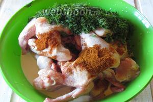 В промытые крылышки добавить специи, зелень и сливки с молоком.
